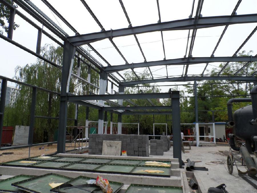 钢结构厂房初见雏形-正在进行土方清理工作的地热水处理站新址